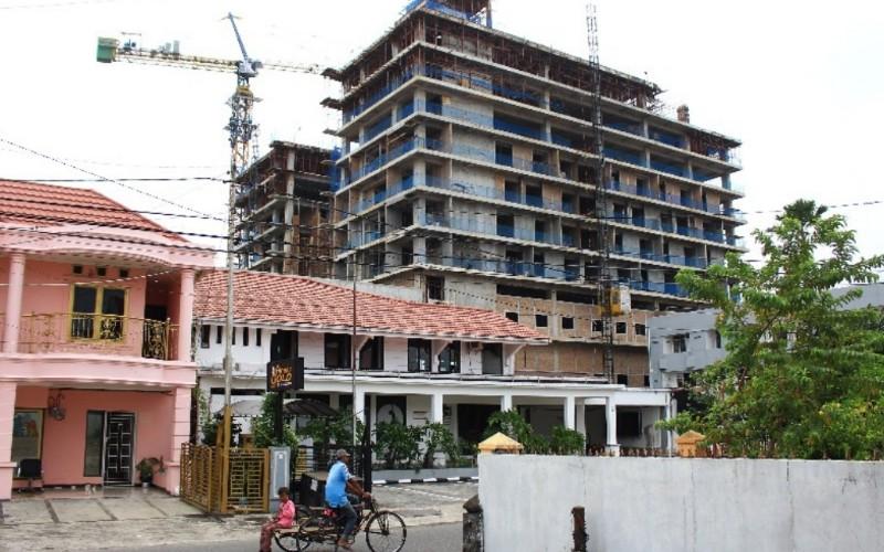 Pembangunan Hotel Santika Premiere yang ada di Jalan Ahmad Yani, Kota Padang, Sumatra Barat, Jumat (5/3/2021). Bisnis - Noli Hendra