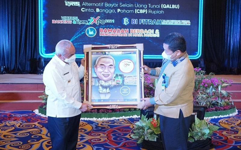 Penyerahan cinderamata kepada Gubernur Kaltim Isran Noor dari Bank Indonesia Kaltim. - Istimewa