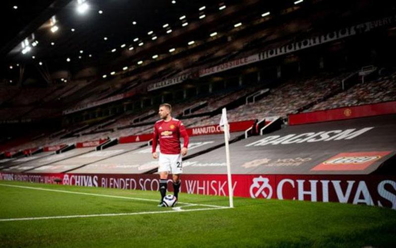 Sarung jok kursi Stadion Old Trafford diganti untuk membantu meraih kemenangan. - BBC
