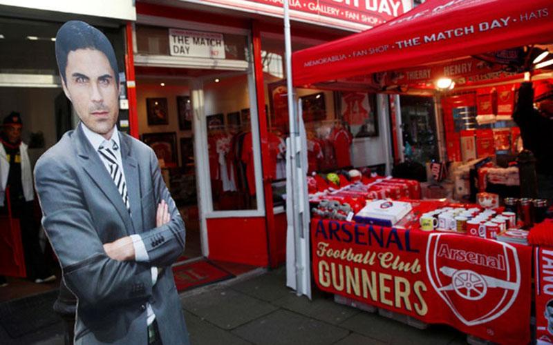 Gambar pelatih Arsenal Mikel Arteta terlihat di sisi luar Stadion Emirates di London. - Reuters