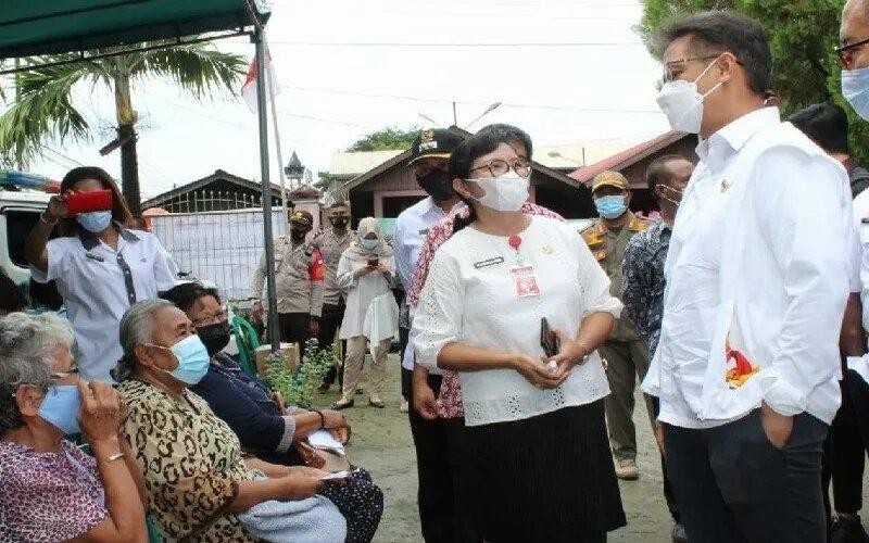 Menkes Budi Gunadi Sadikin saat meninjau pelaksanaan vaksinasi Covid-19 di Kelurahan VIM, Jayapura, Rabu (14/4) , nampak sejumlah lansia sedang menunggu pemberian vaksin. - Antara/Humas Pemkot Jayapura.