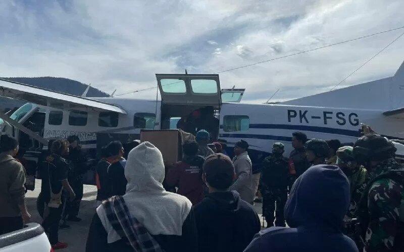 Jenazah Udin, tukang ojek yang ditembak oleh anggota kelompok kriminal bersenjata, dievakuasi dari Bandara Aminggaru Ilaga di Kabupaten Puncak ke RSUD Timika di Kabupaten Mimika, Papua, Kamis (15/4/2021). - UPBU Ilaga.