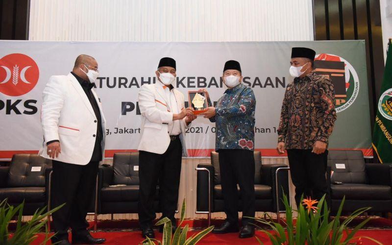 Presiden Partai Keadilan Sejahtera (PKS) Ahmad Syaikhu dan Ketua Umum Partai Persatuan Pembangunan (PPP) Suharso Monoarfa dalam acara silaturahmi kebangsaan di di Gedung MD Building DPP PKS, Rabu (14/4 - 2021) / Dok. PKS