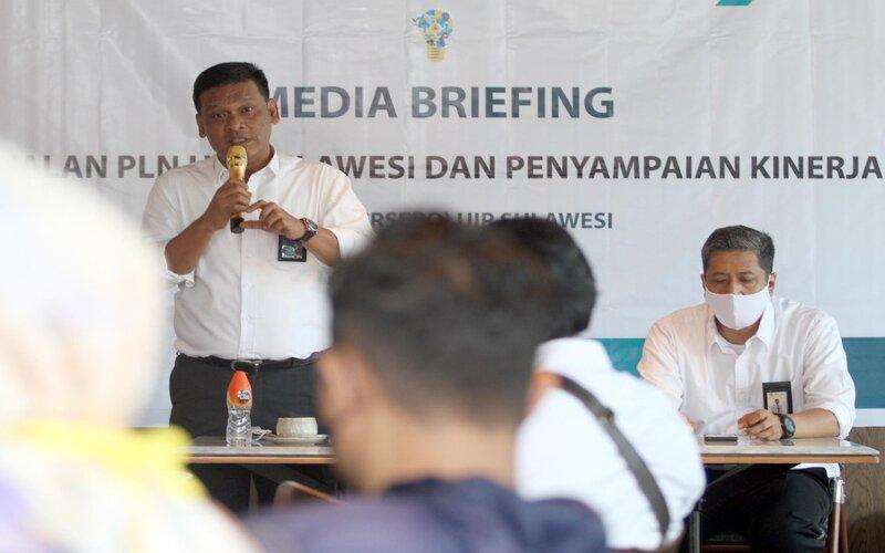 General Manager UIP Unit Induk Pembangunan (UIP) Sulawesi Defiar Anis memberikan keterangan kepada wartawan terkait kinerja dan penggabungan dua UIP yakni UIP Sulawesi Bagian Selatan (Sulbagsel) dan UIP Sulawesi Bagian Utara (Sulbagut) menjadi UIP Sulawesi. Rencananya, pada tahun ini PLN UIP Sulawesi akan menambah kapasitas pembangkit dengan total daya 176 MW. - Bisnis/Paulus Tandi Bone