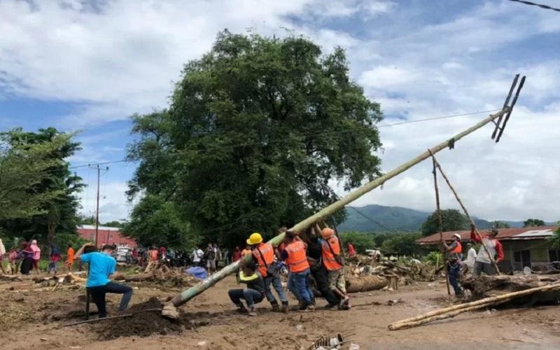 Petugas PLN memperbaiki gardu listrik yang rusak akibat badai siklon tropis Seroja di Nusa Tenggara Timur (NTT). - Antara\r\n