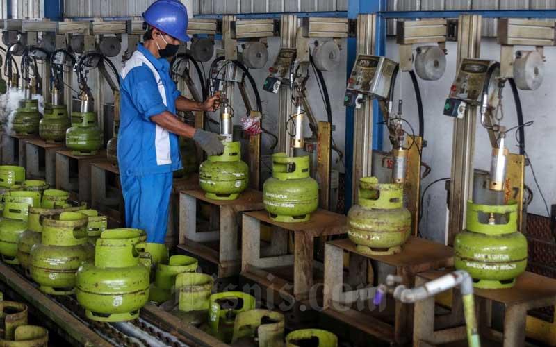 Petugas melakukan tahap pengisian LPG pada tabung gas 3kg/Bisnis - Eusebio Chrysnamurti