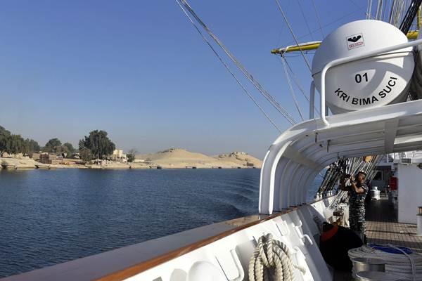 Seorang ABK KRI Bima Suci mengambil gambar ketika melintasi Terusan Suez dalam perjalanan dari Port Said, Mesir menuju Jeddah, Arab Saudi, di Mesir, Rabu (11/10). - ANTARA/Zabur Karuru