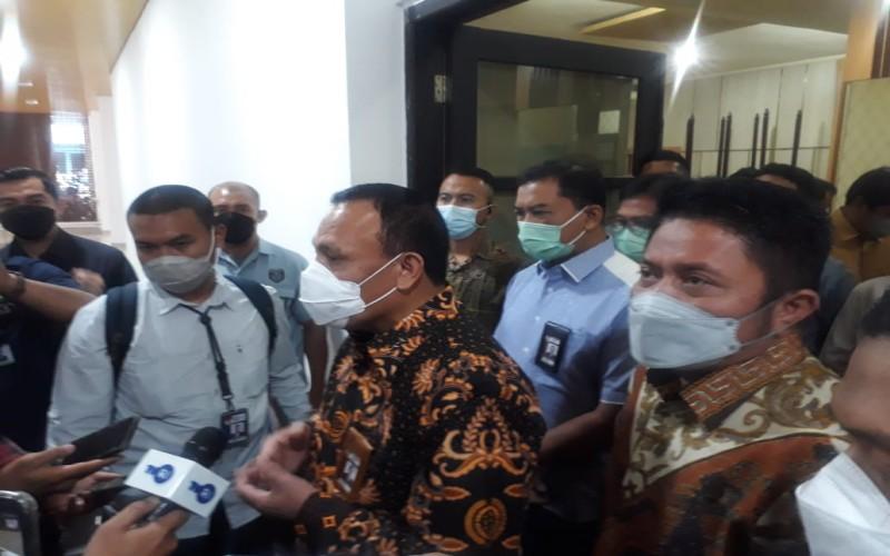 Ketua KPK Firli Bahuri (tengah) didampingi Gubernur Sumsel Herman Deru (kanan) saat memberikan pernyataan kepada wartawan terkait perizinan usaha di daerah. JIBI - Bisnis/Dinda Wulandari