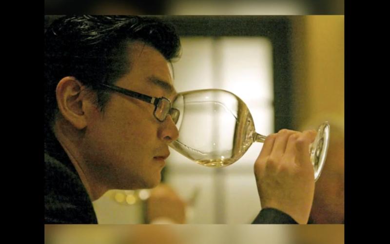 Tangkapan layar - Rudy Kurniawan tampak sedang mencicipi wine - YouTube/@Dogwoof