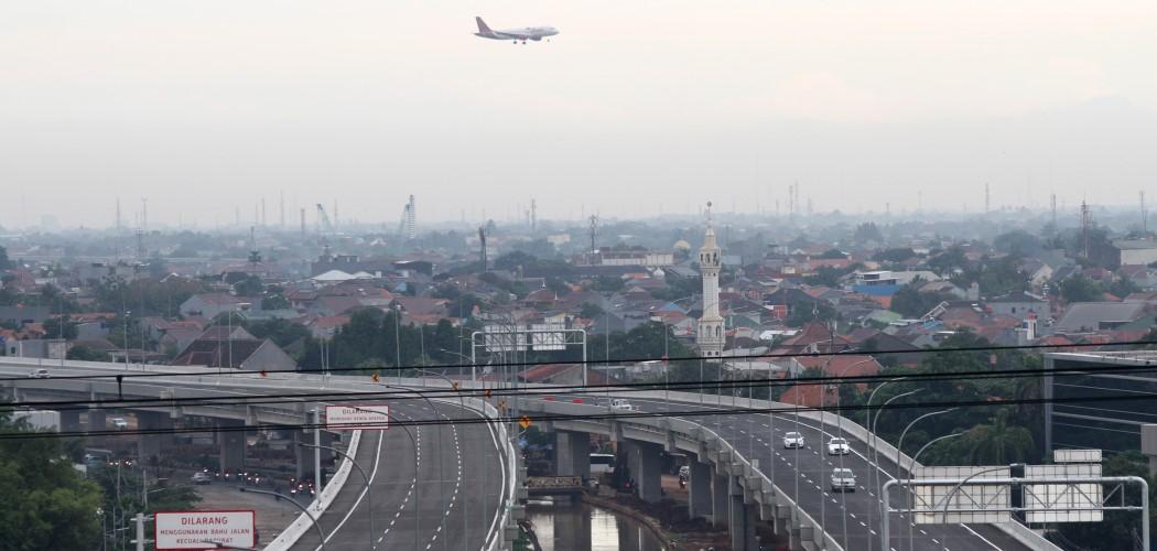 Pengendara melintasi jalan Tol Bekasi Cawang Kampung Melayu (Becakayu), di kawasan Cipinang, Jakarta Timur./Antara- Risky Andrianto/nz - 17