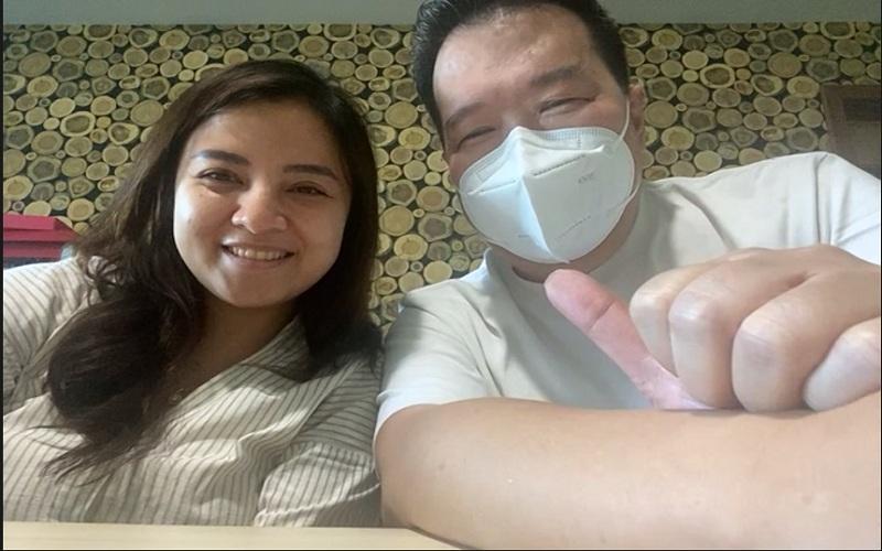 Philip Wong (kanan) bersama putrinya, Trifosa Arin Suzanti, menceritakan pengalamannya menjalankan usaha kuliner dalam acara yang diselenggarakan secara virtual pada Kamis (15/4/2021).  -  Muhammad Faisal Nur Ikhsan / Bisnis