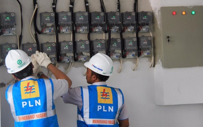 Petugas PLN melakukan pemeriksaan listrik.
