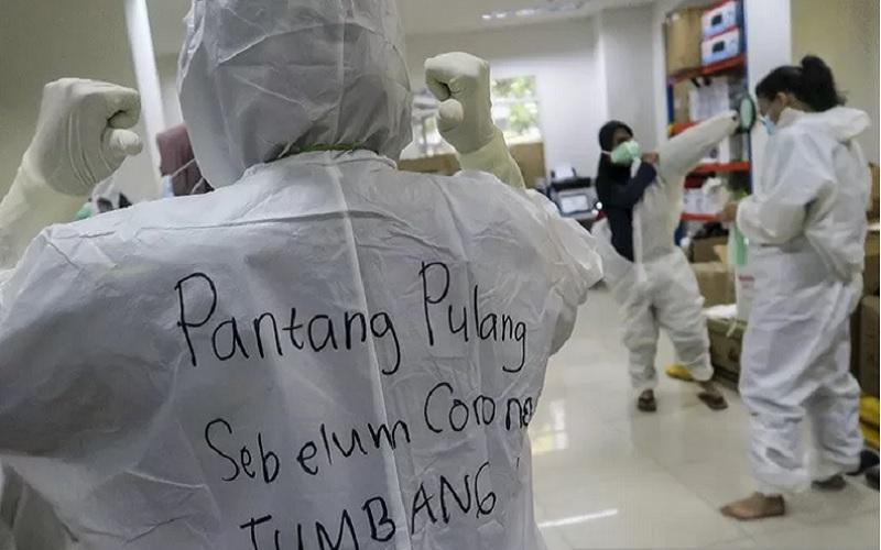 Sebuah kalimat penyemangat tertulis di hazmat salah satu tenaga kesehatan di Rumah Sakit Darurat (RSD) Covid-19, Wisma Atlet Kemayoran, Jakarta, Selasa (26/1/2021). - Antara
