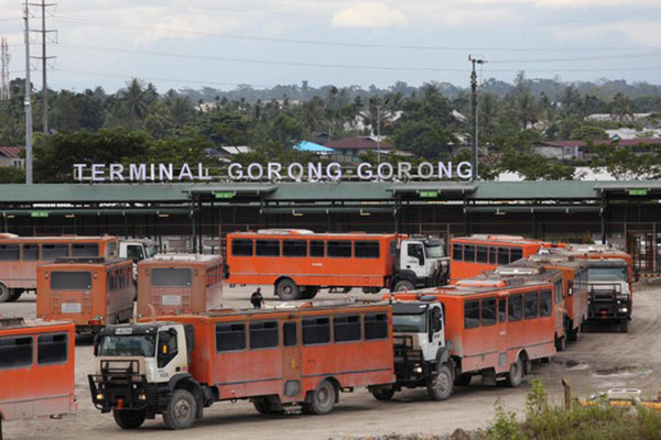 Deretan bus pengangkut karyawan PT Freeport Indonesia di Terminal Gorong-Gorong di Timika, Kabupaten Mimika, Papua. Freeport mengekspor bijih tembaga yang menjadi penopang utama ekspor Papua./Reuters - Muhammad Yamin