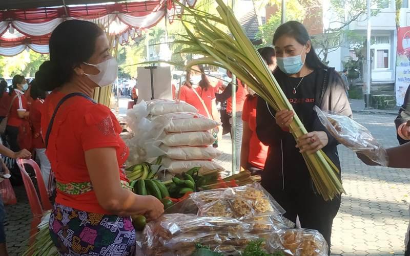 Seorang pembeli berbelanja di Pasar Tani Gianyar di areal parkir Kantor Bupati Gianyar, Jumat (9/4/2021).  - Istimewa