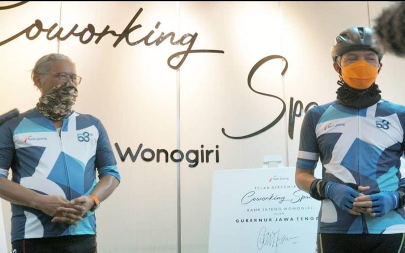 rnDirektur Utama Bank Jateng Supriyatno bersama Gubernur Jawa Tengah Ganjar Pranowo meresmikan co-working space di kantor Bank Jateng Cabang Wonogiri, Sabtu (10/4 - 2021). Tempat tersebut disiapkan sebagai tempat inkubasi untuk mendukung perkembangan UMKM. (Foto: Istimewa)