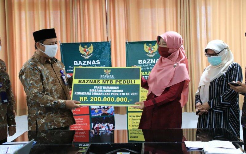 Ketua Baznas NTB Said Ghazali Menyerahkan Bantuan Kepada Ketua LKKS NTB.
