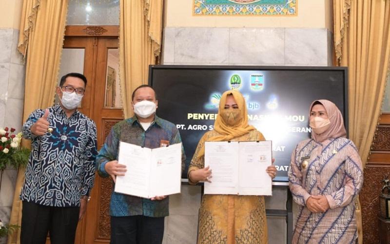 Badan Usaha Milik Daerah (BUMD) Jawa Barat (Jabar) PT Agro Jabar menyerahkan naskah MoU kepada PT Agro Serang Berkah tentang Penanaman Modal Pangan Jagung.