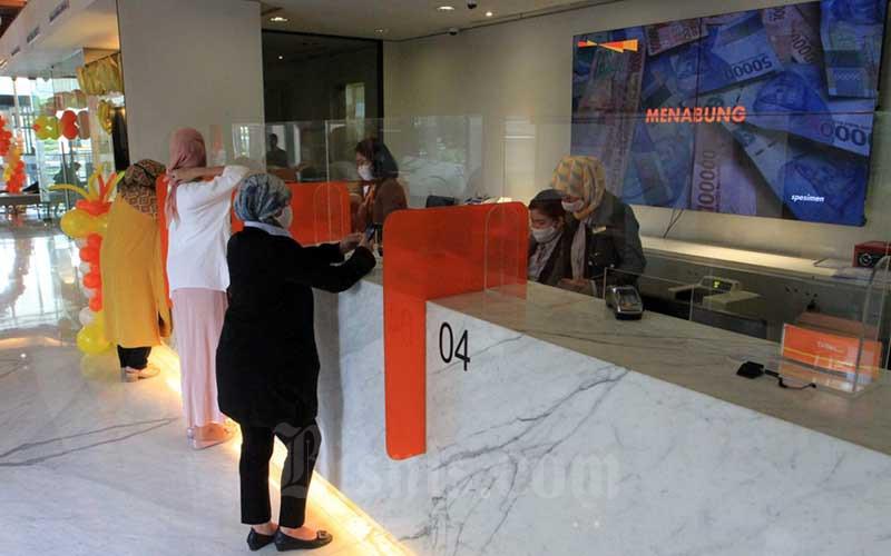 Nasabah melakukan transaksi di teller Bank Danamon di Jakarta, Rabu (22/7/2020). Bisnis - Dedi Gunawan