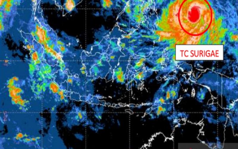 Citra satelit yang menunjukkan posisi Siklon Tropis Surigae pada Jumat (16/4/2021). - Antara\r\n