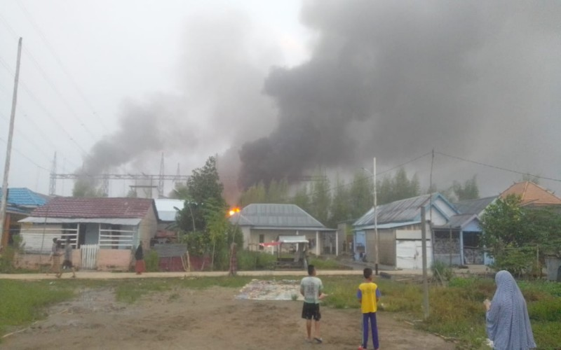 Sejumlah warga menyaksikan terbakarnya trafo pendukung PLTG CNG Jakabaring Palembang.  - Istimewa