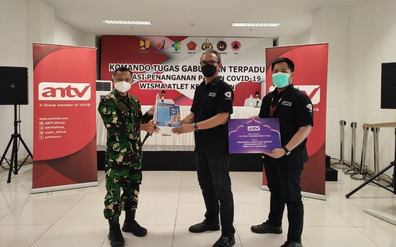 Penyerahan paket berbuka puasa oleh ANTV untuk tenaga kesehatan di RSDC Wisma Atlet Kemayoran, Selasa (13/4/2021). - Istimewa