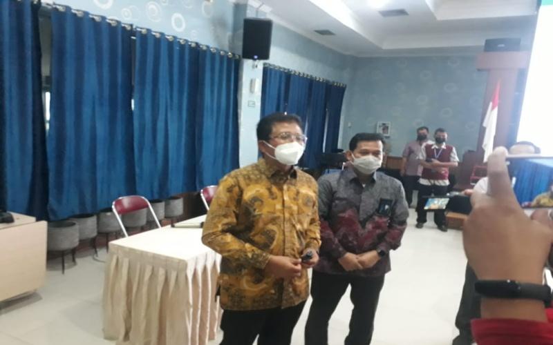 GM PLN UIW S2JB Bambang Dwiyanto (dari kiri) bersama GM PLN Unit Induk Pembangkitan Sumatera Bagian Selatan Djoko Mulyono memberikan keterangan kepada awak media terkait PLTG Jakabaring.  - Bisnis/Dinda Wulandari