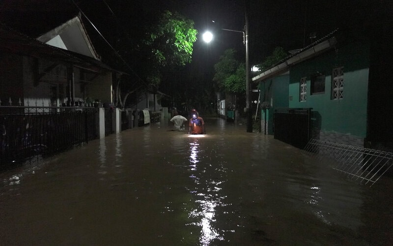 Petugas BPBD memeriksa lokasi rumah warga yang terendam banjir akibat tanggul sungai jebol di Kelurahan Karangpucung, Purwokerto Selatan, Banyumas, Jateng, Sabtu (10/4/2021). Hujan deras yang disertai dengan angin kencang dan butiran es, menyebabkan banjir, pohon tumbang dan atap bagunan pasar dan rumah warga rusak, pada sejumlah lokasi di Kabupaten Banyumas dan Cilacap, Jateng. - Antara/Idhad Zakaria.