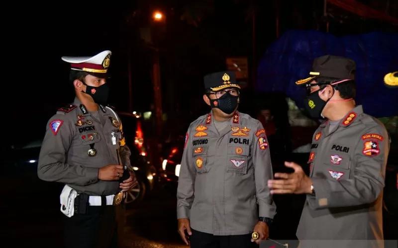 Kakorlantas Irjen Polisi Istiono (tengah) memantau arus lalu lintas libur panjang perayaan Paskah di perempatan Gadog, Jawa Barat, Minggu (4/4/2021).  - ANTARA