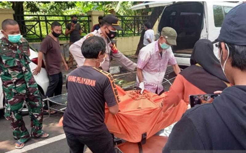 Polisi mengevakuasi jenazah dua pekerja proyek bangunan yang meninggal dunia karena tertimpa tembok saat melakukan renovasi rumah di Jalan Danau Limboto, Bendungan Hilir, Tanah Abang, Jakarta Pusat, Jumat siang (16/4/2021). - Antara/Mentari Dwi Gayati