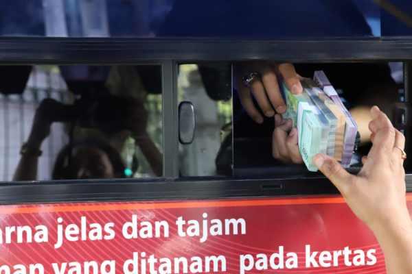 Ilustrasi - Kegiatan penukaran uang tunai yang diselenggarakan oleh Bank Indonesia di kawasan Monumen Nasinonal (Monas) Jakarta, Jumat (17/5 - 2019). Dok. BI