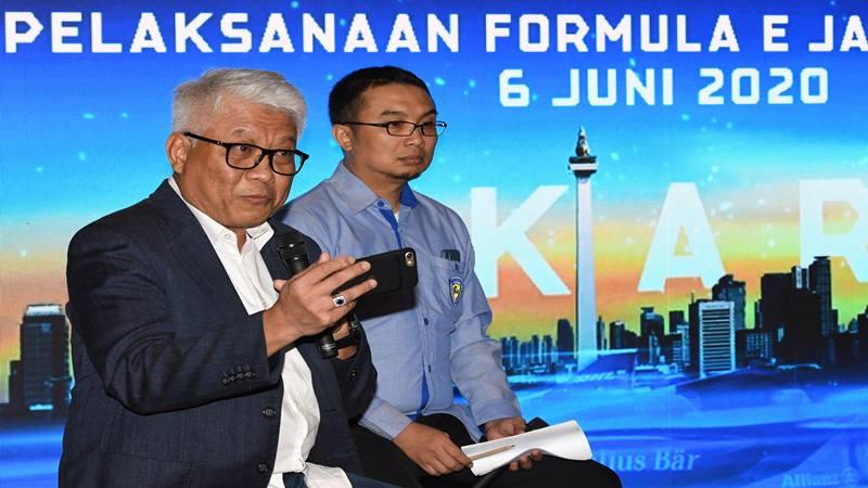 Direktur Utama PT Jakarta Propertindo (Jakpro) Dwi Wahyu Daryoto (kiri) didampingi Ketua Umum Ikatan Motor Indonesia (IMI) Pusat Sadikin Aksa, menyampaikan keterangan pers tentang penyelenggaraan balap mobil Formula E di Jakarta, Jumat (14/2/2020). PT Jakarta Propertindo (Jakpro) menyatakan balap Formula E di Jakarta bakal berlangsung 6 Juni 2020 di kawasan Monas dan menargetkan pengerjaan sirkuit berlangsung selama 2-3 bulan. - Antara