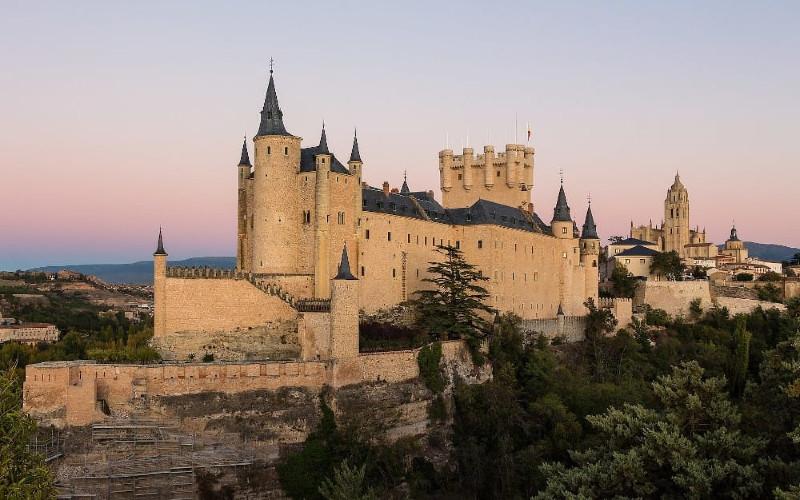 Kastil Alcazar merupakan benteng pertama yang dibangun di daerah tersebut oleh orang Romawi Kuno dan bangsa Moor.  - Alcazar