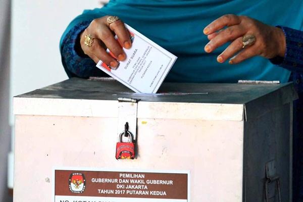 Warga menggunakan hak pilihnya di Tempat Pemungutan Suara (TPS) 08, Kelurahan Kuningan Timur, Jakarta, Rabu (19/4). - JIBI/Dwi Prasetya