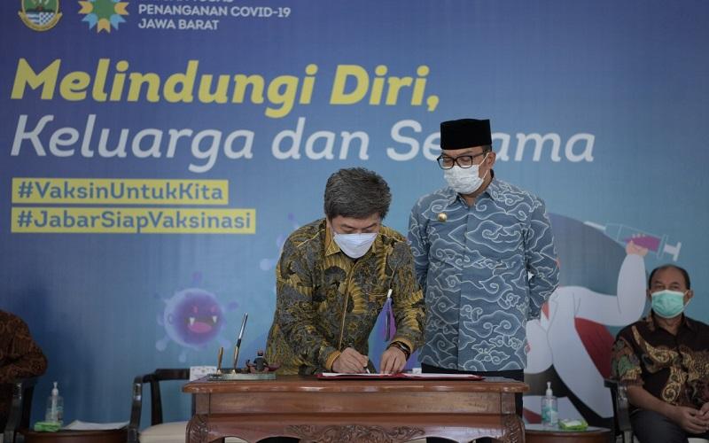 Penandatanganan nota kesepahaman yang dilakukan oleh Gubernur Jabar Ridwan Kamil dan Ketua KPPU Kodrat Wibowo di Gedung Pakuan