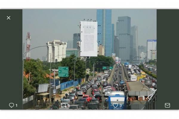 Iklan Gojek menarik mata para pengendara yang melintas Jalan Jendral Gatoto Subroto. - Antara