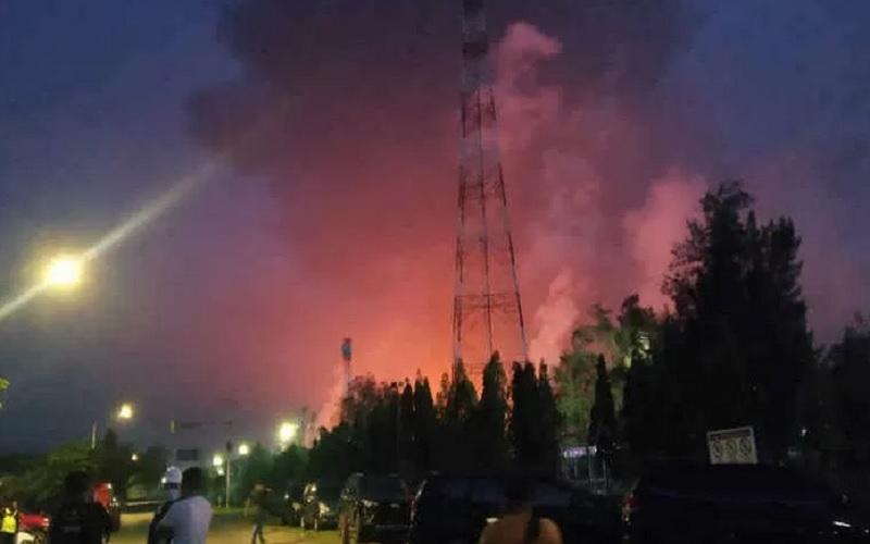 Sejumlah warga menyaksikan kebakaran kilang minyak Pertamina Balongan, Indramayu, Senin (29/3/2021). - Antara