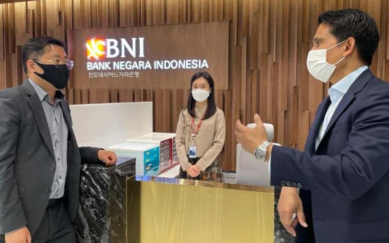 General Manager Kantor Cabang BNI Seoul Anisfu (kanan) berbincang/bincang dengan nasabah usai meresmikan Kantor Baru BNI di Seoul, Korea Selatan, Jumat (16 April 2020).