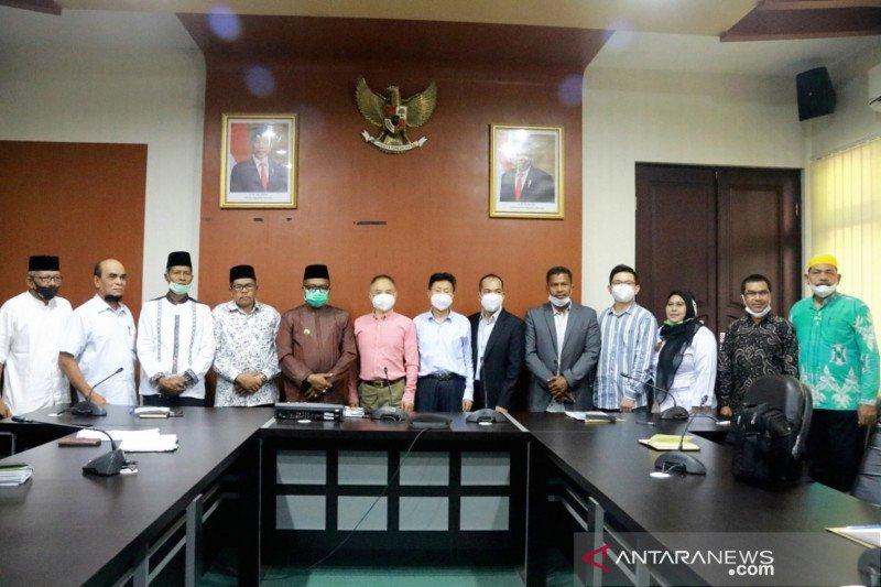 Bupati Aceh Barat Ramli MS (tengah) bersama sejumlah pejabat daerah berswafoto dengan investor asal Beijing, China, seusai melakukan penjajakan energi listrik di Aceh Barat berlangsung di ruang rapat bupati di Meulaboh, Jumat (16/4/2021). (ANTARA - HO/Dok. Pemkab Aceh Barat)