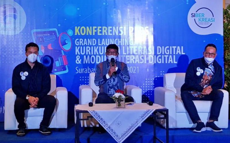 Menteri Komunikasi dan Informatika Johnny G. Plate (tengah) dan Nicholas Saputra (kiri) saat konferensi pers Grand Launching Kurikulum & Modul Literasi Digital di Surabaya, Jumat (16/4/2021). - Bisnis/Peni Widarti