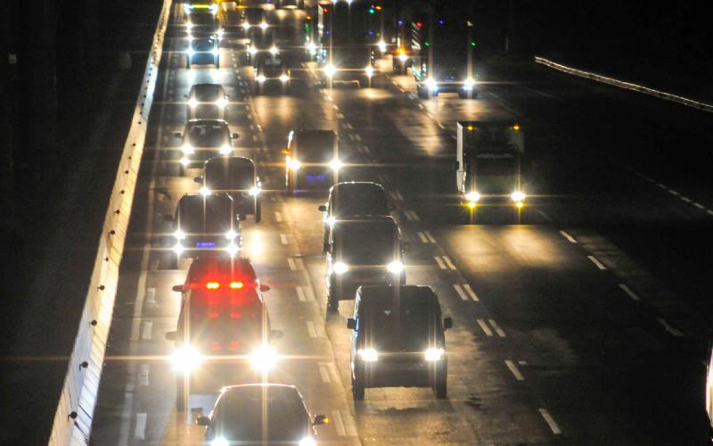 Sejumlah kendaraan melaju di tol Jakarta-Cikampek di Bekasi, Jawa Barat, Kamis (24/12/2020). Arus mudik Natal dan Tahun Baru di Tol Jakarta-Cikampek di Bekasi terpantau ramai lancar.  - ANTARA