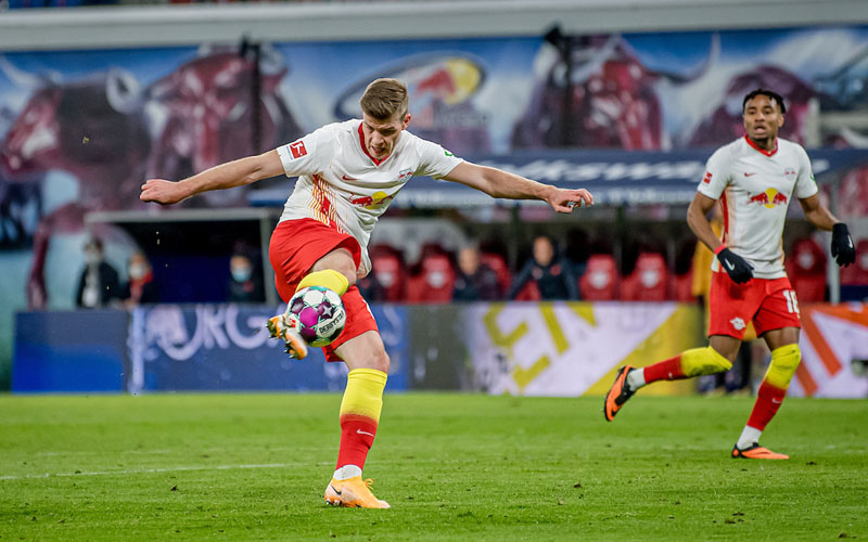 Striker RB Lepizig Alexander Sorloth melepas tembakan ke gawang Hoffenheim, tetapi gagal menjadi gol. - TwitterRBLeipzig_EN