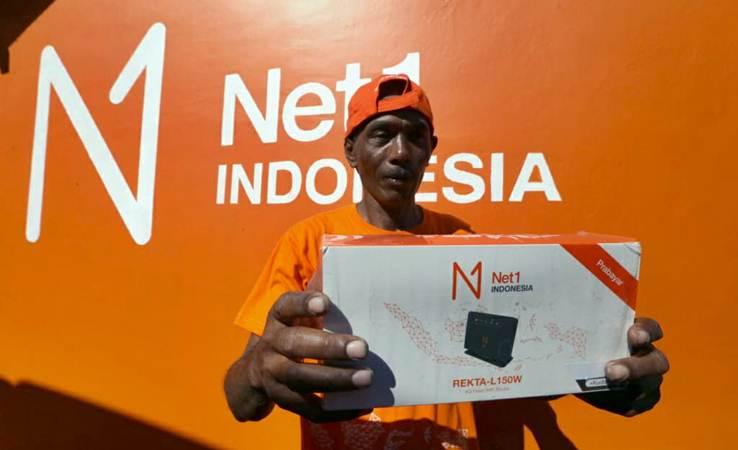 Pedagang kecil Mitra Net1 Utomo menunjukan modem internet di Desa Telogoharjo, Kecamatan Giritontro, Kabupaten Wonogiri, Selasa (23/4/2019). - Bisnis/Nurul Hidayat
