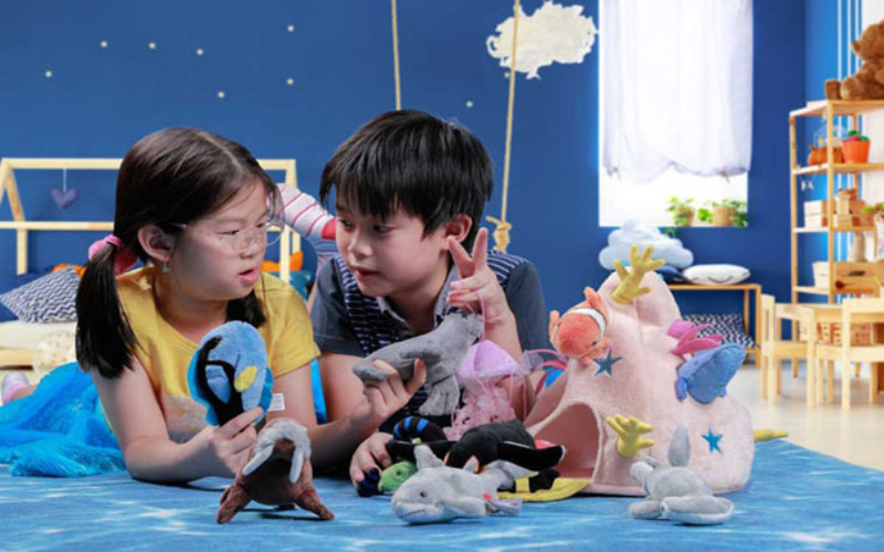 Ilustrasi dua anak tengah bermain boneka produksi PT Sunindo Adipersada. / IndonesianToys.org/Sunindo