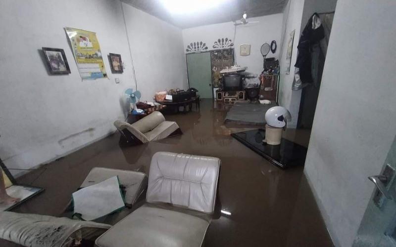 Banjir menyebabkan rumah warga tergenang di Kota Tanjungpinang, Provinsi Kepulauan Riau, Sabtu (17/4/2021). - Istimewa/Dokumentasi Warga Tanjungpinang