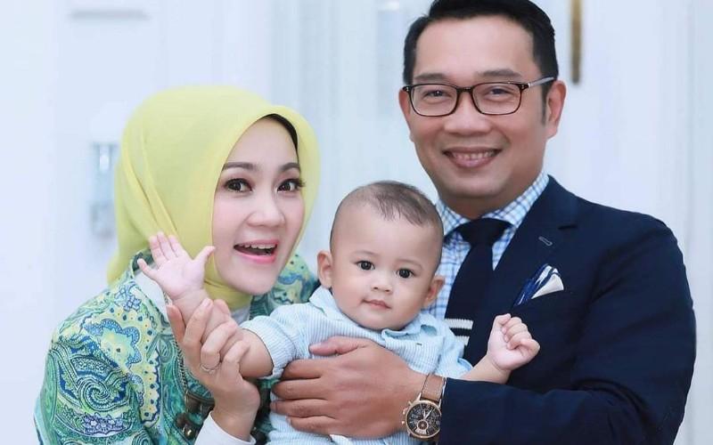 Atalia (kiri) berfoto bersama suami, Gubernur Jabar Ridwan Kamil