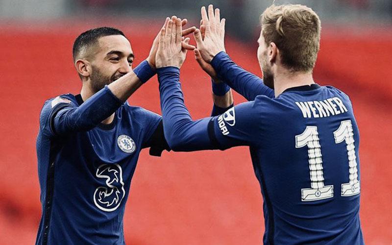 Dua andalan Chelsea, Hakim Ziyech (kiri) dan Timo Werner, merayakan gol ke gawang Manchester City.. - Twitter@ChelseaFC