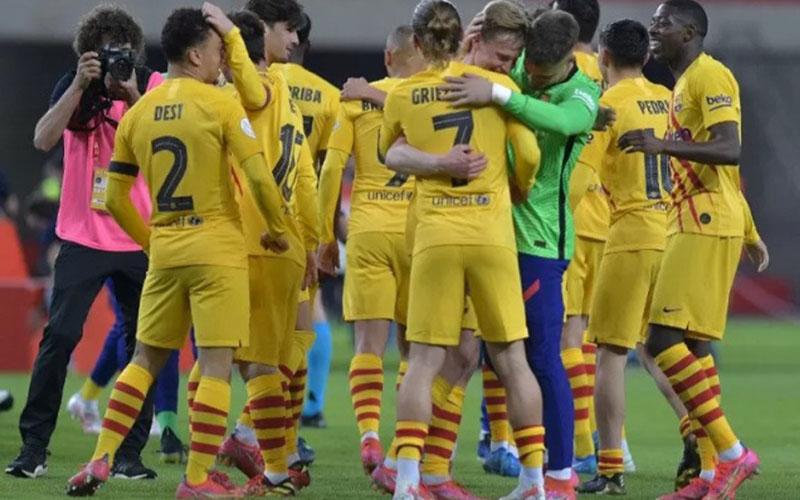 Para pemain Barcelona merayakan keberhasilan menjuarai Copa del Rey musim 2020-2021./Antara - AFP