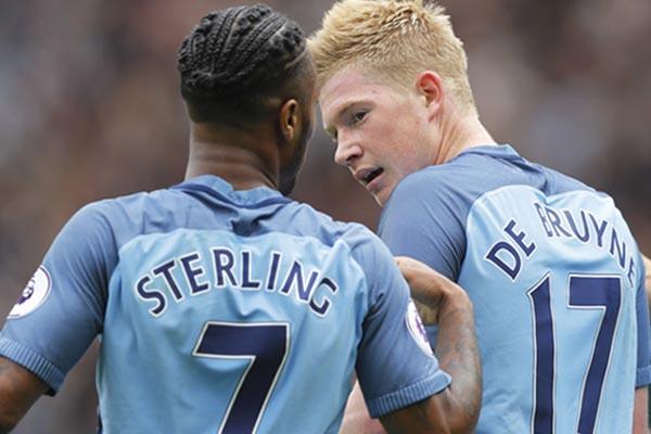 Dua andalan lini depan Manchester City, Kevin de Bruyne (kanan) dan Raheem Sterling - Reuters/Carl Recine