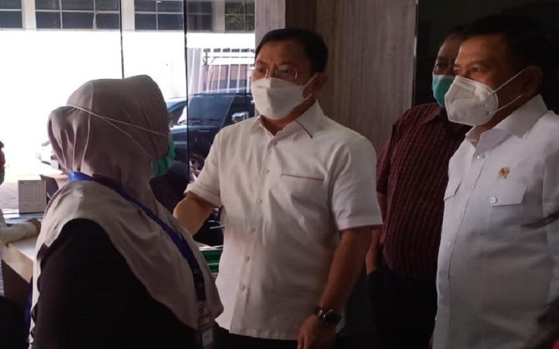 Mantan Menkes Siti Fadilah dan mantan Menkes Terawan Agus Putranto seusai mengikuti proses ujicoba vaksinasi Vaksin Nusantara di RSPAD Gatot Subroto, Jakarta, Kamis (15/4). - Istimewa
